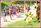Kishores and devotees give a grand traditional reception to Swamishri at Atlanta Mandir