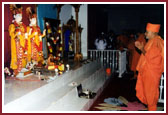 Swamishri prays before the murtis
