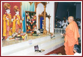 When arriving for the evening assembly, Swamishri as always performs the arti