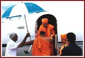 Swamishri descending from the plane at New Bedford Airport, MA on 24 July 2000.