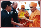 Harikrishna Maharaj and Swamishri being received and welcomed by US officials.