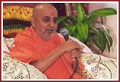 Swamishri showers blessings on the gathered devotees