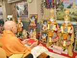 Swamishri performs arti for murti-pratishtha