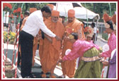 Balaks offering flowers to Swamishri