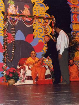 Mark Gibbon (Mayor Pro Temp) greeted Swamishri on behalf of the citizens of Augusta