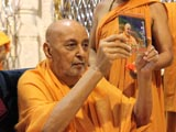 Swamishri inaugurates audio CD 'Utsav Anandno'