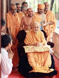 Swamishri departs from Mumbai