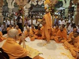 Pujya Viveksagar Swami showers sanctified flower petals on devotees