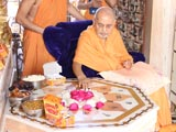 Swamishri reverentially touches holy charnarvind of Bhagwan Swaminarayan at Yagnapurush Smruti Mandir