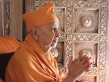Swamishri engaged in darshan of Shastriji Maharaj at Smruti Mandir