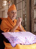 Swamishri engaged in darshan of Shri Shastriji Maharaj