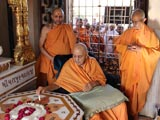 Swamishri reverentially touches the charanarvind in Yagnapurush Smruti Mandir