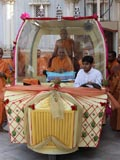 Swamishri on the way for darshan at the Yagnapurush Smruti Mandir