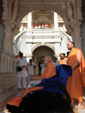 Swamishri engaged in darshan of Shri Ganapatiji