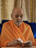 Swamishri reads Shikshapatri during his morning puja