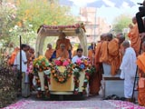 Swamishri arrives for darshan at Smruti Mandir