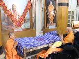Swamishri engaged in darshan of Shastriji Maharaj in Rang Mandap