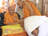 Swamishri blesses a parshad