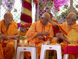 Pujya Mahant Swami applies chandlo to Pujya Doctor Swami
