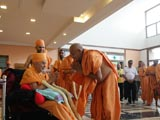 Kothari Satsangijivan Swami welcomes Swamishri with a garland