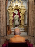 Swamishri engaged in darshan of Ghanshyam Maharaj