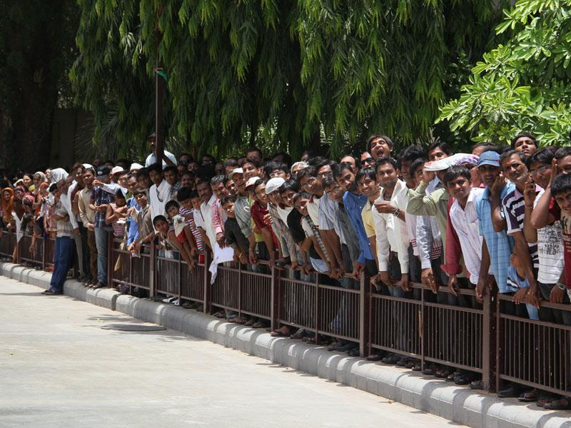 Devotees waiting for Swamishri's arrival