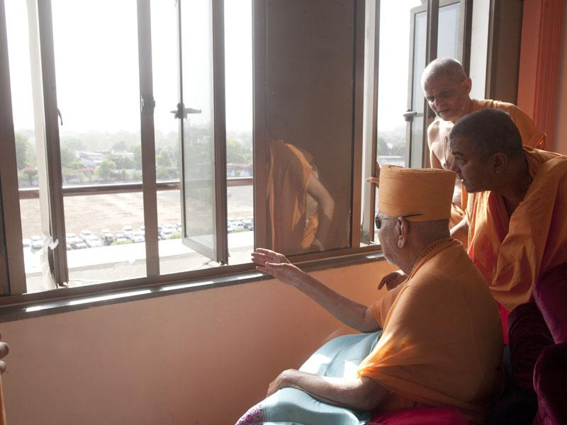 Swamishri views the hospital grounds