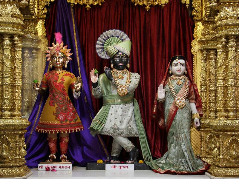 Shri Harikrishna Maharaj adorned in chandan and Shri Radha-Krishna Dev