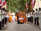Youths bid Jai Swaminarayan to Swamishri