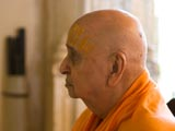 Swamishri engaged in darshan of Thakorji