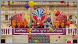 Yuvaks and Yuvatis release individual balloons, watched by Swamishri and senior sadhus