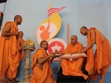 Swamishri sanctifies nadachhadis for all the youths of Yuva Talim Kendra
