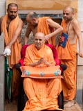 Swamishri arrives at the mandir for darshan