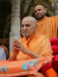 Swamishri doing darshan