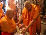Satsangijivan Swami welcomes Swamishri with a garland