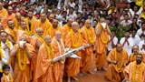 The rathyatra pauses for Swamishri's darshan around the mandir