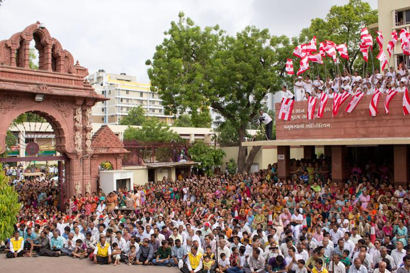 Devotees wait for Swamishri's darshan