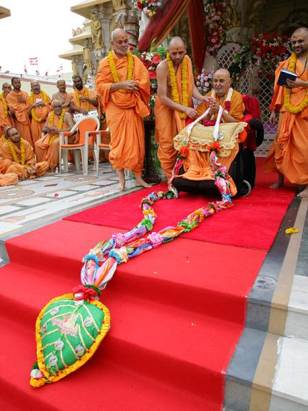 Swamishri is garlanded on this festive occasion