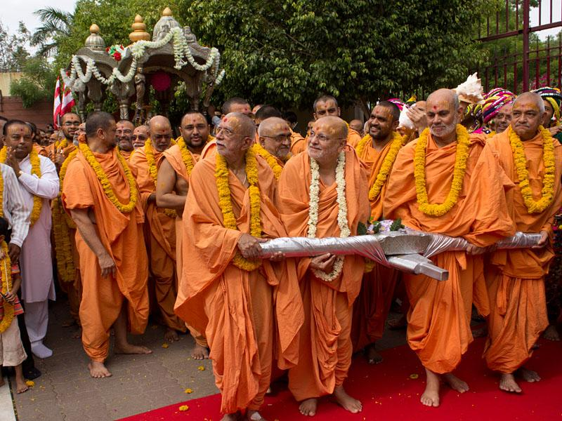 Sadhus ready to begin the rathyatra by pulling God's chariot, with Shri Harikrishna Maharaj seated in it