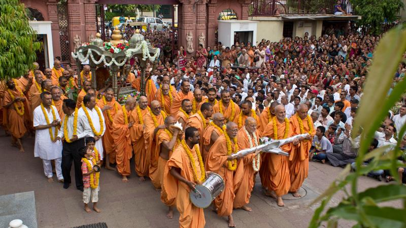 Sadhus pull the chariot around the mandir