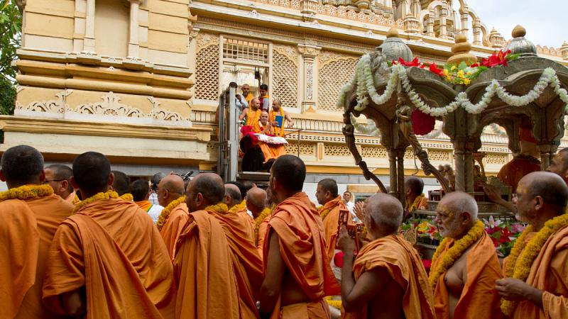 The rathyatra around the mandir, being graced by Swamishri