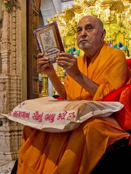 Swamishri inaugurates new DVD 'Bhagwan Swaminarayan - A Divine Life depicted through Paintings'