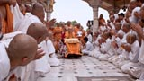 Parshads doing darshan of Swamishri