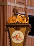 Pujya Atmaswarup Swami delivers a discourse