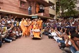 Devotees doing darshan while Swamishri leaves the assembly hall