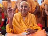 Swamishri gestures divinely in response to the skit