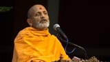Pujya Yagnavallabh Swami delivers a discourse