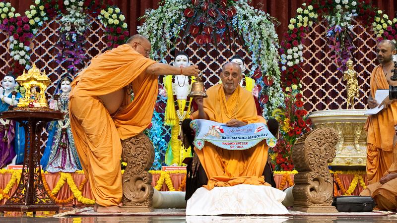 Swamishri rings a traditional bell on the occasion