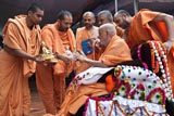 Swamishri sanctifies murtis of Bhagwan Swaminarayan