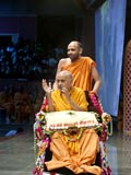 Swamishri arrives in the sabha